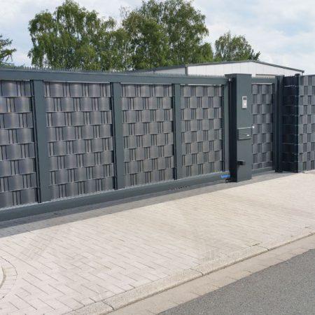 Anthrazitgraue Doppelschutzmatten mit Sichtschutzstreifen